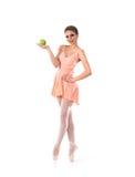 一个年轻人和适合女性跳芭蕾舞者在橙色礼服 免版税库存照片
