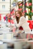 一个巴黎人咖啡馆的女孩在圣诞节时间 库存图片
