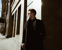 一个年轻人在大厦附近站立 免版税图库摄影