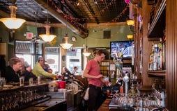 一个年轻人在酒吧工作 免版税图库摄影