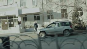 一个年轻人在他的在城市街道上的滑板乘坐 股票视频