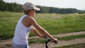 一个年轻人坐自行车 影视素材