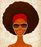 一个年轻黑人妇女的画象种族背景的,时尚模型  免版税库存图片