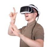 一个年轻人用专业音响器材,隔绝在白色背景 有VR风镜的惊奇的人 库存照片