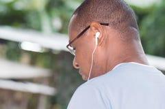 一个年轻人的头的特写镜头有耳机的 库存照片