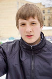 一个年轻人的画象夹克的 免版税库存图片