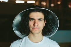 一个年轻人的画象奇怪的异常的帽子的 库存图片