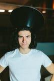 一个年轻人的画象奇怪的异常的帽子的 库存照片