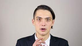 一个年轻人的画象被吓唬了 姿态 股票视频
