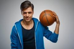 一个年轻人蓝球运动员的画象 库存照片