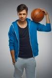 一个年轻人蓝球运动员的画象 免版税库存照片