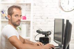 一个年轻人视频编辑器 库存照片