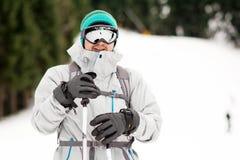 一个年轻人滑雪者的画象滑雪倾斜的 滑雪成套装备 免版税库存照片