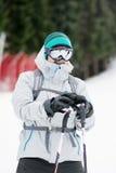 一个年轻人滑雪者的画象滑雪倾斜的 滑雪成套装备 免版税库存图片