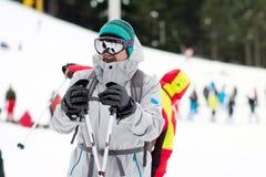 一个年轻人滑雪者的画象滑雪倾斜的 滑雪成套装备 图库摄影