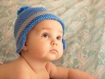 一个婴儿的画象一个被编织的帽子的 库存照片