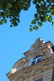 一个巴洛克式的房子的山墙有窗口的,蓝天 免版税库存照片