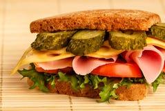 一个经典火腿和乳酪三明治的特写镜头 库存图片