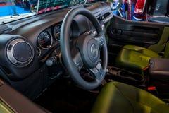 一个紧凑SUV吉普争吵者美国陆军的内部, 2017年 图库摄影