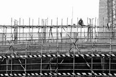 一个绞刑台的工作者摩天大楼的建筑的 免版税库存照片