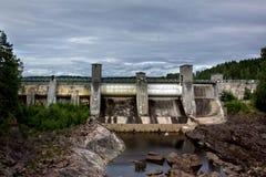 一个水力发电站水坝的看法 免版税库存照片