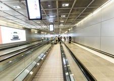 一个移动的走道的乘客在机场 库存图片