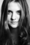一个年轻可爱的微笑的女孩的黑白画象 库存照片