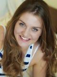 一个年轻可爱的微笑的女孩的画象 免版税库存照片
