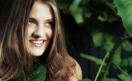 一个年轻可爱的微笑的女孩的画象 库存照片