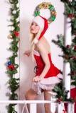 一个年轻可爱的性感的圣诞老人女孩的画象 免版税库存图片
