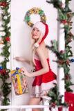 一个年轻可爱的性感的圣诞老人女孩的画象 库存图片