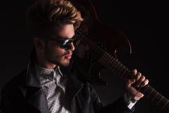 一个年轻吉他弹奏者的特写镜头画象 库存照片
