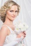 一个年轻和可爱的白肤金发的新娘的画象 免版税图库摄影
