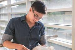 一个年轻和新鲜的亚裔男孩的画象在校园里 免版税图库摄影