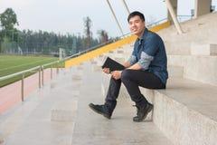 一个年轻和新鲜的亚裔男孩的画象在校园里 库存图片