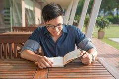 一个年轻和新鲜的亚裔男孩的画象在校园里 免版税库存图片