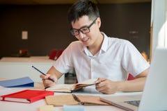 一个年轻和新鲜的亚裔男孩的画象在校园里 库存照片