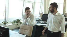 一个年轻商人在办公室欢呼一个朋友 影视素材