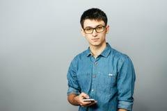一个年轻商人的画象谈话在电话 查看照相机 免版税库存图片