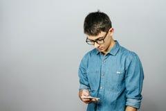 一个年轻商人的画象谈话在电话 库存照片