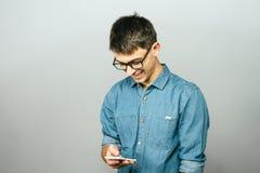 一个年轻商人的画象谈话在电话 库存图片