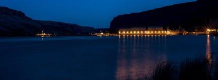 一个水坝的光在爱达荷河的在晚上 免版税库存照片