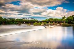 一个水坝的长的曝光在特拉华河的在伊斯顿, Pennsyl 免版税库存照片