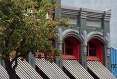 一个维多利亚女王时代的大厦的红色窗口在Gaslamp扎营 库存图片