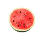 一个水多的西瓜的特写镜头图片在一半切开了,隔绝在白色背景 素食主义者的健康和有机食品 免版税库存图片