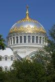 一个晴天的圣尼古拉斯海军大教堂特写镜头的圆顶在7月 Kronstadt 库存图片