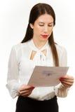 一个年轻女商人的画象,拿着合同 免版税库存图片
