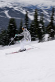 一个年轻女性滑雪者在英国Columbi的享受坡道滑雪 库存照片