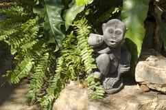 一个猴子雕象在庭院里 库存照片