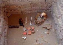 一个婴孩的弄干保存的遗骸在Chauchilla公墓 免版税库存图片